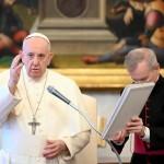 一般謁見後、神の祝福を与えるフランシスコ教皇(2020年5月27日、バチカンニュースから)