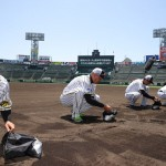 阪神の福留外野手らが甲子園球場の土を集める