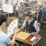 関西将棋会館内の将棋道場でシート越しに対局