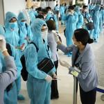 日本人駐在員ら、防護服に身を包みベトナムへ