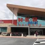 テキサス州の地場スーパーのHEBでは記録的な感染者数で食料品やペーパータオル、ティッシュ、ハンドサニタイザーなどを再び購入制限にした。同時にカーブサイド・ピックアップや宅配サービスのネットスーパーの需要が急増し、サービス遅延も生じている。