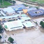 記録的な大雨で水に漬かった特別養護老人ホーム「千寿園」(上)4日午後、熊本県球磨村(時事通信ヘリより)