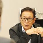 インタビューに答える江島潔自民党・農林水産委員長(中央)=14日、参議院議員会館で