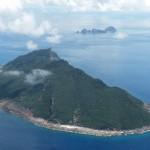 沖縄県・尖閣諸島の魚釣島と北小島、南小島=2010年9月15日、海上自衛隊P3C哨戒機から撮影