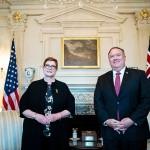 オーストラリアのペイン外相(左)と面会したポンペオ米国務長官=27日、ワシントン(AFP時事)