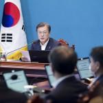 韓国大統領府で開かれた政府高官との会議で発言する文在寅大統領(奥)=6月29日(韓国大統領府提供・時事)
