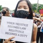 マニラ首都圏で6月12日、マスクなど新型コロナウイルスの感染対策をして「反テロ法」抗議集会に参加した人々(時事)