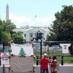 ホワイトハウス前にある第7代大統領ジャクソン像は、破壊を防ぐためフェンスで囲まれた(山崎洋介撮影)