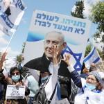 5月24日、エルサレムの首相官邸前で、気勢を上げるネタニヤフ首相支持派(EPA時事)