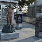 龍山駅前に設置された徴用工像 (9月13日撮影)