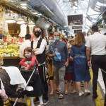 24日、エルサレムの市場でマスクをして買い物をする市民(UPI)