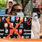 中国の携帯アプリ削除を呼び掛けるインドの反中国デモ=6月30日、ニューデリー(AFP時事)