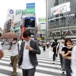 東京・渋谷のスクランブル交差点を行き交う人たち=3日午後