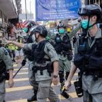 中国共産党・政府が香港への統制を強める国家安全維持法案に反対して集まった市民を取り締まる香港の警官隊=6月28日、香港(EPA時事)