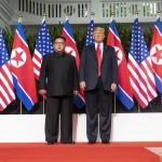 金王朝の指導者として自信を持った金正恩書記長 2018年6月12日、シンガポールで開催された初の米朝首脳会談で(ウィキぺディアから)