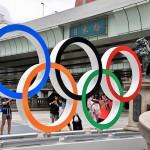 日本橋に設置された五輪マークのモニュメントの写真を撮る人々 =27日午後、東京中央区で