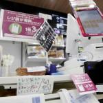 ポスターなどでレジ袋の有料化を周知するコンビニのレジ周辺=1日午前、東京都品川区