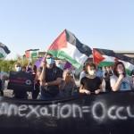 ヨルダン川西岸のエリコ近くで6月27日、イスラエルによるヨルダン川西岸の一部併合計画に反対するデモを行うパレスチナ人とイスラエル人(UPI)