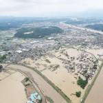 濁流の中で集落が孤立、陸自が懸命の救助活動