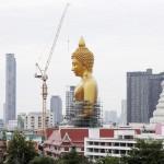 高さは69m、金色の大仏の圧倒的な存在感