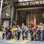 トランプタワー前に巨大黄色文字でスローガン
