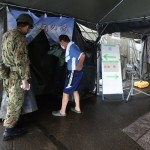自衛隊が設置した仮設入浴施設で一息つく