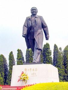深圳市内の蓮花山公園にある鄧小平氏の銅像。香港の方位へ向かって歩く姿となっている