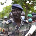 取材に応じるマリ反乱軍報道担当者=19日、バマコ近郊カティ(EPA時事)