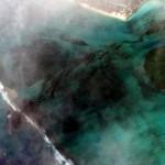 7日、モーリシャス沖で座礁した貨物船「WAKASHIO」から流出した重油を捉えた米マクサー・テクノロジーズの衛星画像(AFP時事)