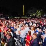 27日、ホワイトハウスの庭で、トランプ米大統領の指名受諾演説に拍手する聴衆(EPA時事)