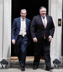 ラーブ英外相(左)とポンペオ米国務長官