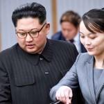 2018年4月27日、首脳会談に臨んだ金正恩朝鮮労働党委員長(左)と妹の与正氏(韓国共同写真記者団)