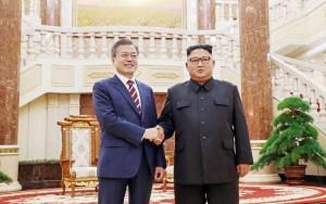 2018年9月18日午後、首脳会談に臨むため平壌の朝鮮労働党中央委員会本部庁舎で握手を交わす文在寅韓国大統領(左)と金正恩同党委員長(平壌写真共同取材団)