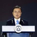 15日、ソウルで行われた「光復節」の式典で演説する韓国の文在寅大統領(AFP時事)