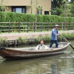 歌手の橋幸夫さんが手こぎの「ろ舟」に乗船