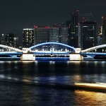東京・隅田川の勝鬨橋と築地大橋がブルーに
