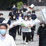 熊本豪雨災害発生から1カ月、献花に訪れる