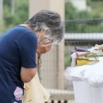 入所していた叔母が犠牲となった特別養護老人ホーム「千寿園」の前で、涙を流す犬童しず子さん=4日午前、熊本県球磨村(時事)