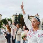 女性たちが「人間の鎖」、治安部隊の暴力に抗議