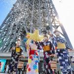 東京スカイツリーで浴衣姿のスタッフが打ち水