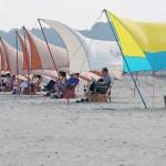 今夏はビーチで読書、「砂浜図書館」がお目見え