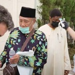 検温や消毒を行うマスクを着けた礼拝参加者たち