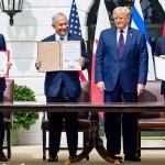 15日、米ホワイトハウスで、国交正常化合意文書への署名を終えたバーレーンのザイヤーニ外相(左)、イスラエルのネタニヤフ首相(左から2人目)、アラブ首長国連邦(UAE)のアブドラ外相(右)の間に立つトランプ大統領(AFP時事)
