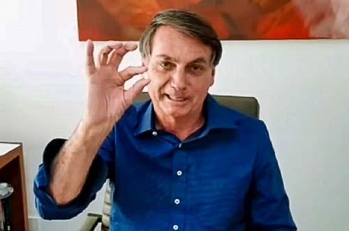 ネット演説の最中、抗マラリア薬「ヒドロキシクロロキン」をのんでみせるブラジルのボルソナロ大統領=7月8日、大統領のフェイスブックより(AFP時事)