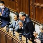 衆院本会議で首相に指名され、一礼する自民党の菅義偉総裁(手前)=16日午後、国会内