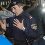 難民に説明する警察官