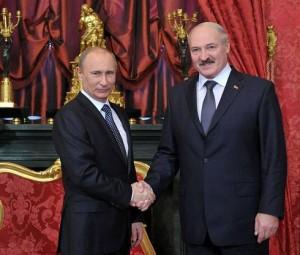 ロシアのプーチン大統領とベラルーシのルカシェンコ大統領(2012年、モスクワで、ウィキぺディアから)