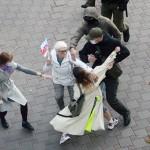 9日、ミンスクの街頭で、若者をいきなり拘束するベラルーシの警官と、止めに入る市民(EPA時事)