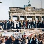 ベルリンの壁の崩壊を喜ぶベルリン市民(1989年11月9日、ウィキぺディアから)
