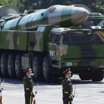 軍用車両で運ばれる中国の中距離弾道ミサイル「東風26」=2015年9月、北京(AFP時事)